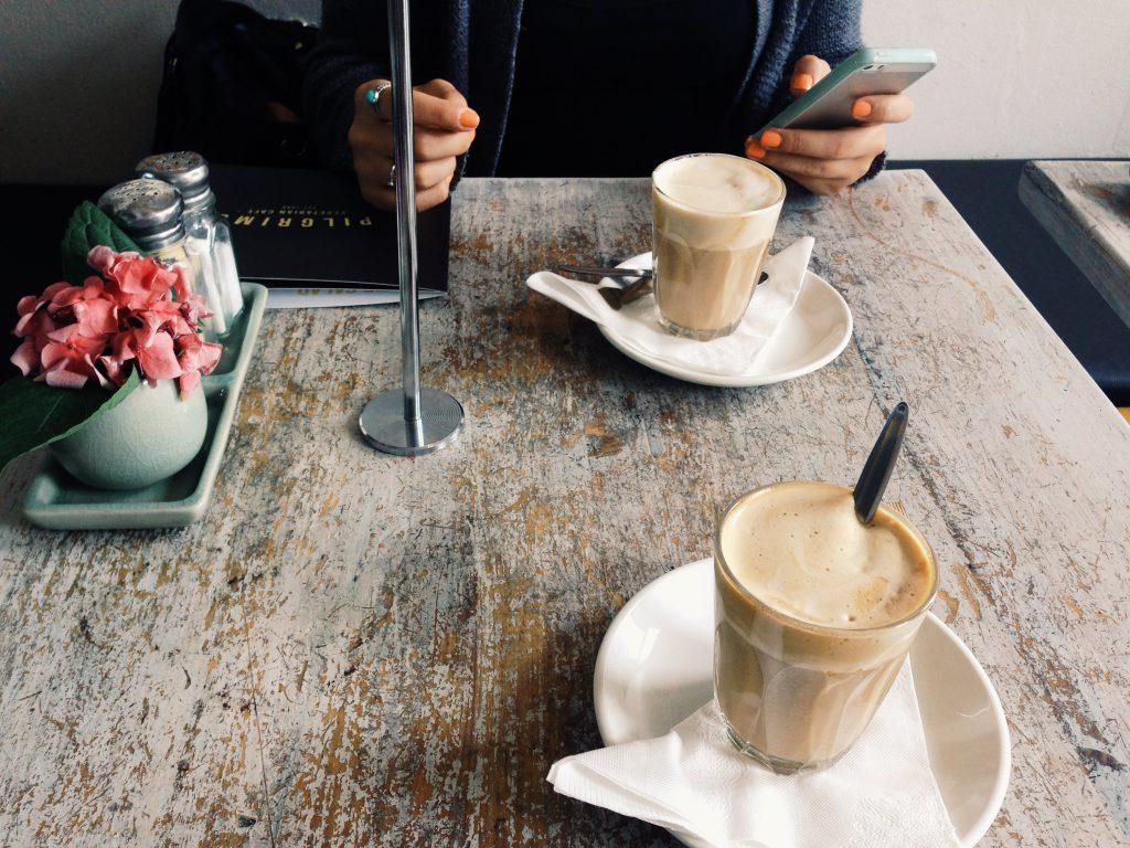 Geht raus und bevöklert die Cafés eurer Stadt (Foto: Chiara Pinna/Unsplash)